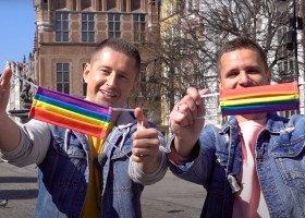 Kuba i Dawid uszyli tęczowe maseczki i rozdali ludziom w Gdańsku