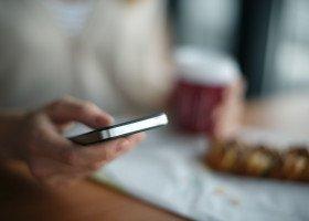 Influencerka zachęcała do używania aplikacji dla mężczyzn w celu poznania orientacji użytkowników