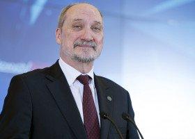 """Macierewicz: nie zapomnieliśmy o agresji środowisk forsujących """"ideologię LGBT"""""""