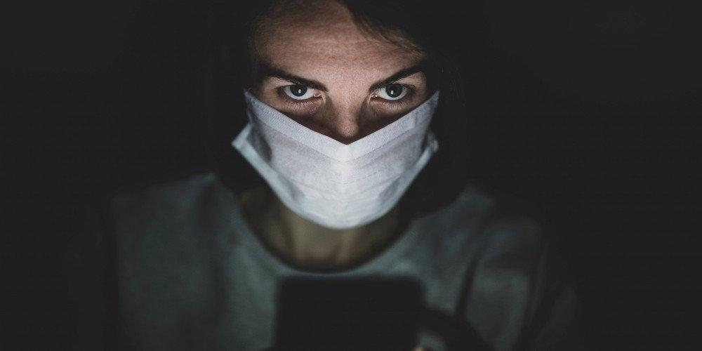"""""""Wirus nienawiści"""" - raport o zachowaniach homofobicznych w czasie pandemii"""