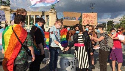 Węgry: transpłciowe osoby palą swoje akty urodzenia