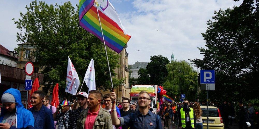 """Bezzasadne zatrzymanie za tęczowe """"godło"""" na Marszu w Kielcach: jest wyrok sądu"""