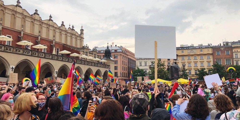 Czy TVP usunęła tęcze i kontrmanifestację osób LGBT+ z krakowskiej wizyty Dudy?