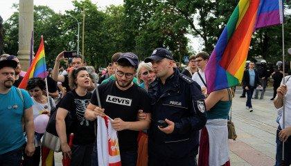 Zatrzymany za flagę z tęczowym godłem otrzyma od policji zadośćuczynienie