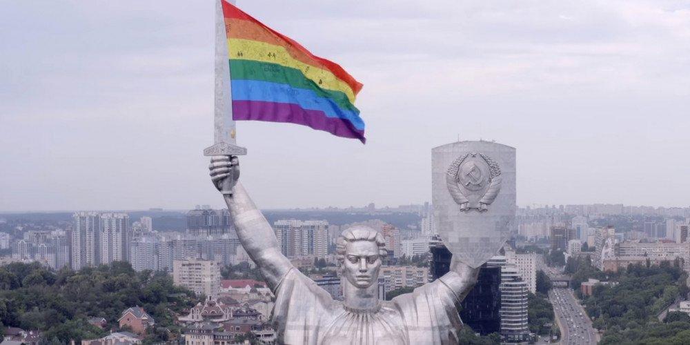 Dronem powiesili tęczową flagę na pomniku Matki Ojczyzny w centrum Kijowa