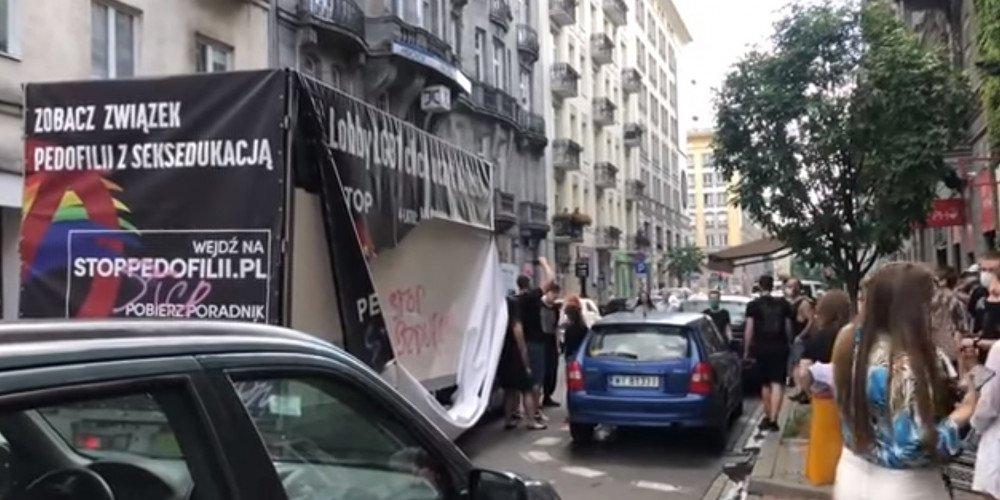 Nieznani sprawcy napadają na furgonetki fundacji łączącej homoseksualność z pedofilią