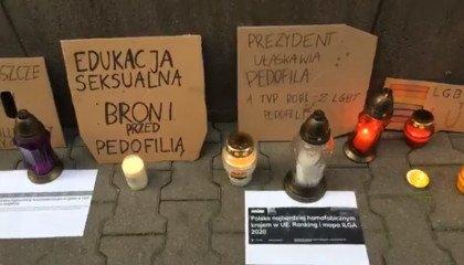 Znicze pod siedzibą TVP. Młodzi aktywiści zorganizowali wyjątkowy protest