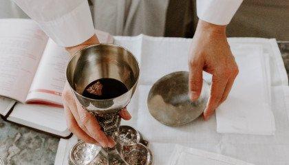 Ksiądz nie udzielił komunii 96-latce przez baner Trzaskowskiego na domu