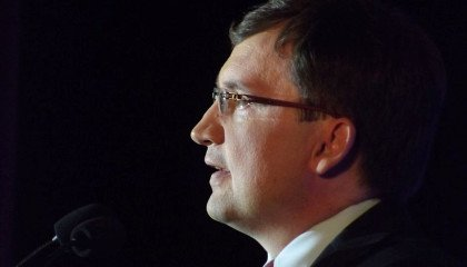 """""""Tu nie chodzi o praworządność, tylko o małżeństwa gejowskie i adopcję dzieci"""": konferencja Ziobry"""