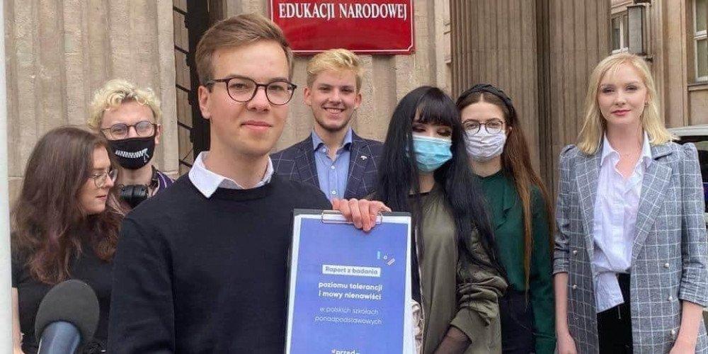 Przedwiośnie Roberta Biedronia stworzyło raport o mowie nienawiści w szkołach
