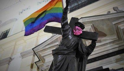 Stop Bzdurom w akcji: warszawskie pomniki zyskały tęczową flagę i manifest wzywający do walki z homofobią