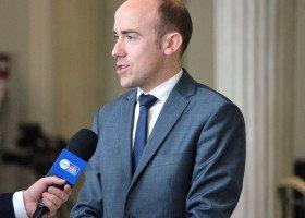 """Borys Budka sprzeciwia się """"strefom wolnym od LGBT"""", ale nie popiera akcji z tęczowymi flagami na pomnikach"""