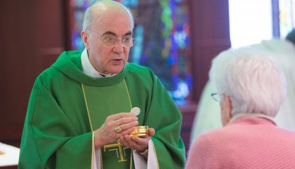 """""""Papież Franciszek to najemny heretyk"""". Arcybiskup oskarża Watykan"""
