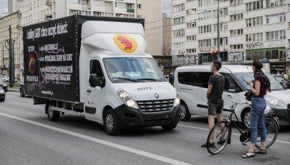 Furgonetka fundacji Pro - Prawo do Życia dalej jeździ po Warszawie. Tym razem w asyście policji