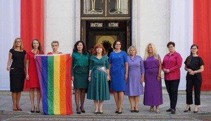 Zaprzysiężenie Dudy: posłanki Lewicy w kolorowych strojach wystąpią z tęczową flagą