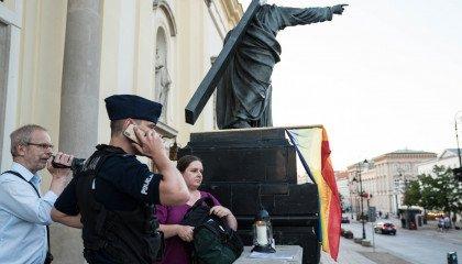 Tęczowa flaga ponownie na pomniku Jezusa. Tym razem wytrzymała 5 minut