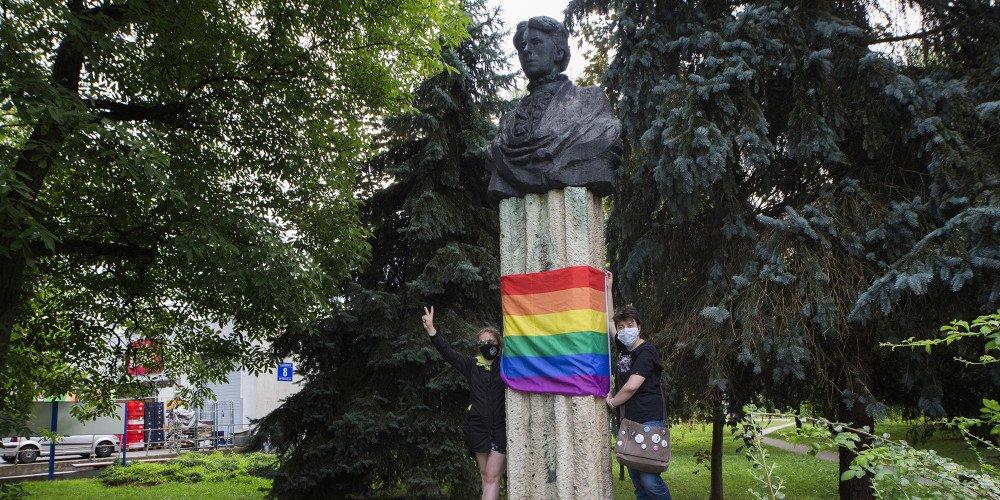"""Tęczowe flagi na pomnikach (i nie tylko) w całej Polsce! """"Znieważona"""" także Maria Konopnicka"""