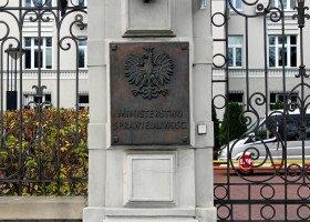Tęczowe ministerstwo. Flagi zatknięte na budynku resortu Ziobry
