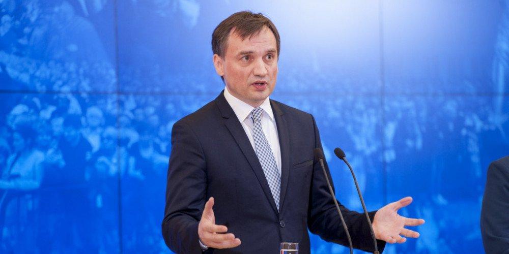 """Komisja Europejska nie dała pieniędzy gminom """"wolnym od LGBT"""". Ziobro dał 3 razy więcej"""