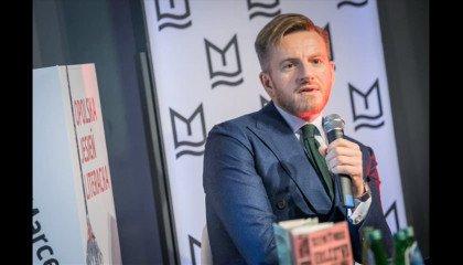 """Szczepan Twardoch zaatakowany przez tygodnik """"Do Rzeczy"""", po wyrazie solidarności z osobami LGBT+"""