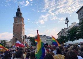 Tęczowy Rynek w Krakowie - pandemia i marsz stacjonarny nie odstraszył osób LGBT i ich sojuszników