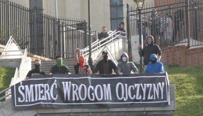 """Gniezno: piknik z posłami Lewicy zagłuszony przez grupę nacjonalistów. Krzyczeli """"wyp***dalać"""", """"powieś się""""."""