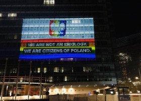 Na budynku Komisji Europejskiej pojawiły się tęczowe iluminacje, wspierające osoby LGBT+ w Polsce