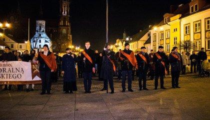 """Dudami i homofobią w przechodniów. Radykalna grupa nawołuje w centrum Warszawy o podpisanie projektu """"Stop LGBT"""""""