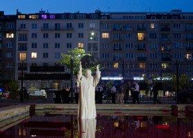 Papież rzucający meteorytem, rzuca w osoby LGBT? Jest oświadczenie autora pomnika