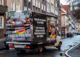 Prokuratura w Gdańsku wycofuje akt oskarżenia przeciwko homofobusowi, który wciąż jeździ po mieście