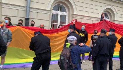 """""""Jak wam nie wstyd?"""". Protest studentów UW przeciwko zaproszeniu Dudy"""
