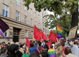 """""""Ministerstwo Homofobii i Transfobii Narodowej"""" - protest przed MEN przeciwko nominacji ministerialnej Czarnka"""