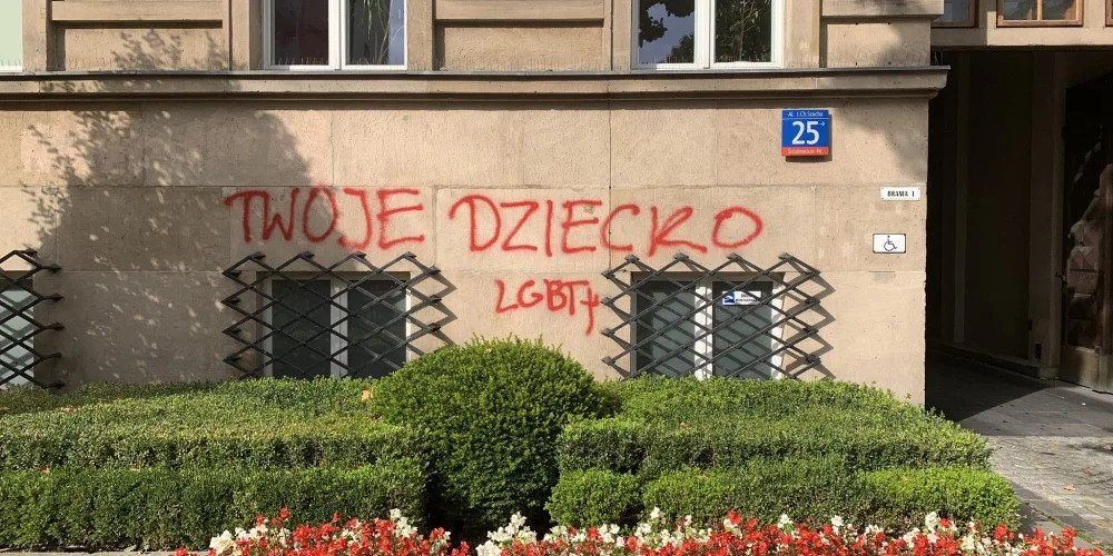 Przeszukanie mieszkania i zatrzymanie aktywistki, która napisała imiona nieżyjących dzieci na budynku MEN