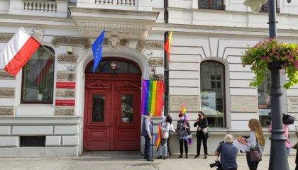 Tęczowe flagi wzdłuż Traktu Królewskiego w Warszawie i w innych polskich miastach