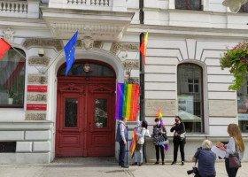Powieszenie tęczowej flagi na urzędzie miasta przestępstwem? Dochodzenie ws. tęczy w Łodzi