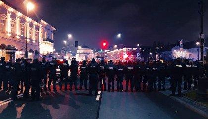 """Strajk Kobiet: agresywna policja, tajniacy biją pałkami, a Kaczyński grzmi o """"esesmańskich błyskawicach"""""""