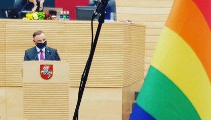 Andrzej Duda mówił na Litwie o wolności. Poparcia nie znalazł, pojawiły się za to tęczowe flagi