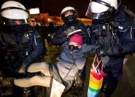 Strajk Kobiet: Polska Babcia zatrzymana pod zarzutem zaatakowania policjanta tęczową torbą