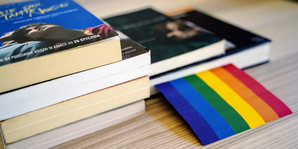"""Węgry: Książki o tematyce LGBT będą musiały zawierać adnotację """"zachowanie niezgodne z tradycyjnymi rolami płciowymi"""""""