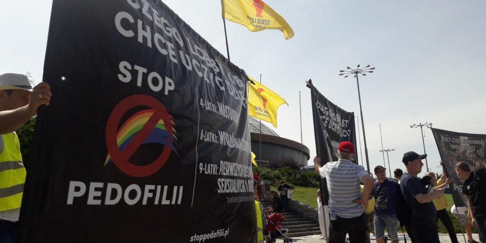 Aż 4 zarzuty dla Macieja Sochy za obrzucenie homofobicznego baneru jajkami