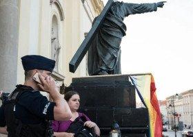 Akt oskarżenia przeciwko profesorce, która zawiesiła tęczową flagę przed kościołem