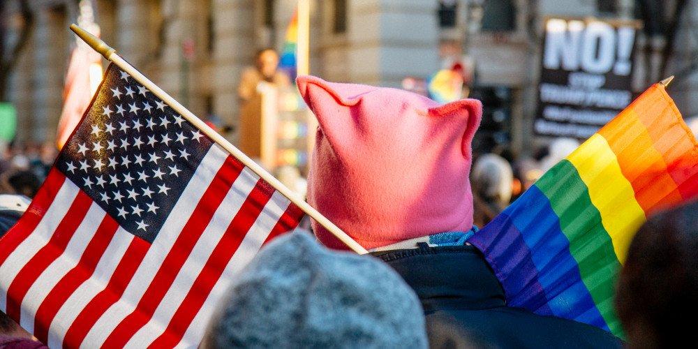 Coraz więcej dorosłych Amerykanów i Amerykanek określa się jako osoby LGBTQ - obecnie jest to ponad 5% osób