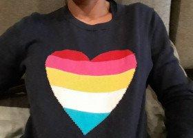 Ochroniarz pobił kobietę pod klubem za tęczowe serce na swetrze. Otrzymał zakaz wykonywania zawodu