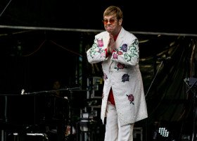 Watykan nie pobłogosławi związków jednopłciowych. Elton John zarzuca mu hipokryzję