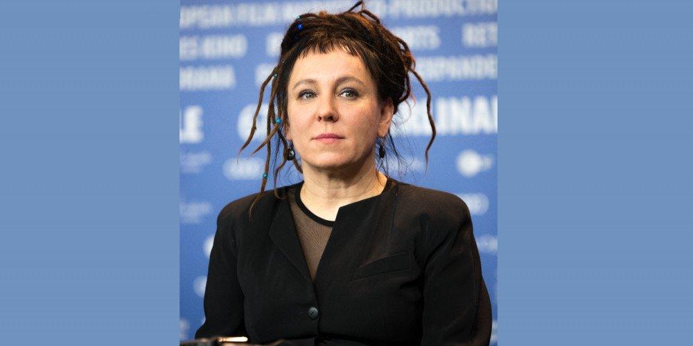 Prawicowcy chcą odsyłać książki Olgi Tokarczuk autorce. Fundacja Tokarczuk: zlicytujemy je dla osób LGBT+