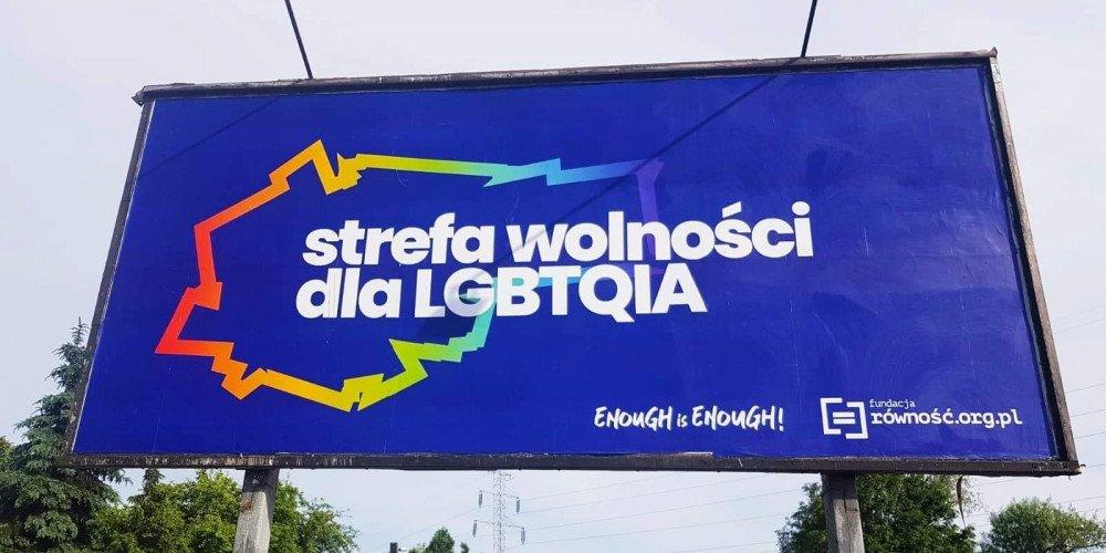 Strefa wolności dla LGBTQIA - tęczowy billboard w Krakowie