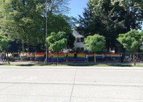 Słoweńscy aktywiści LGBTQ powitali premierów Polski i Węgier tęczowymi flagami