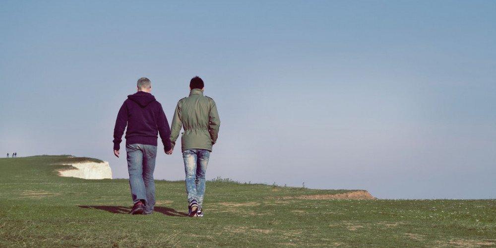 Badania: Prawie połowa gejów i biseksualnych mężczyzn z Wielkiej Brytanii była napastowana seksualnie