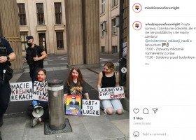 """Protest głodowy pod Ministerstwem Edukacji - siostrzeniec premiera przeciwko """"propagandzie nienawiści Czarnka"""""""