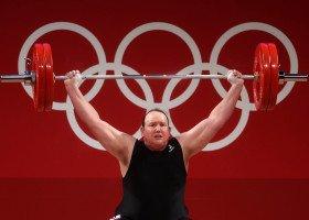 Laurel Hubbard, pierwsza transpłciowa sportowczyni na igrzyskach, zajęła ostatnie miejsce i żegna się ze sportem